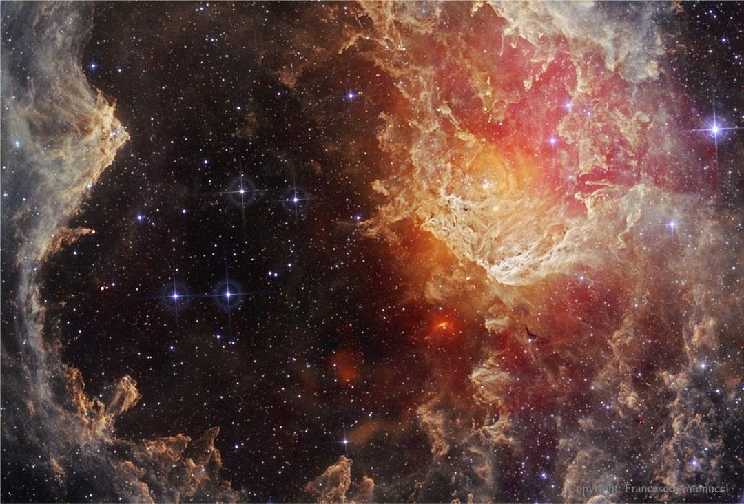 NGC 7822 : étoiles et piliers de poussières dans l\'infrarouge
