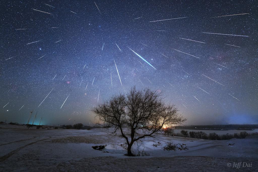 Etoiles filantes sur la rivière du Dragon Noir - Cette image superposant les trajectoires de 48 météores de la pluie d\'étoiles filantes des Géminides permet de bien comprendre la position du radiant