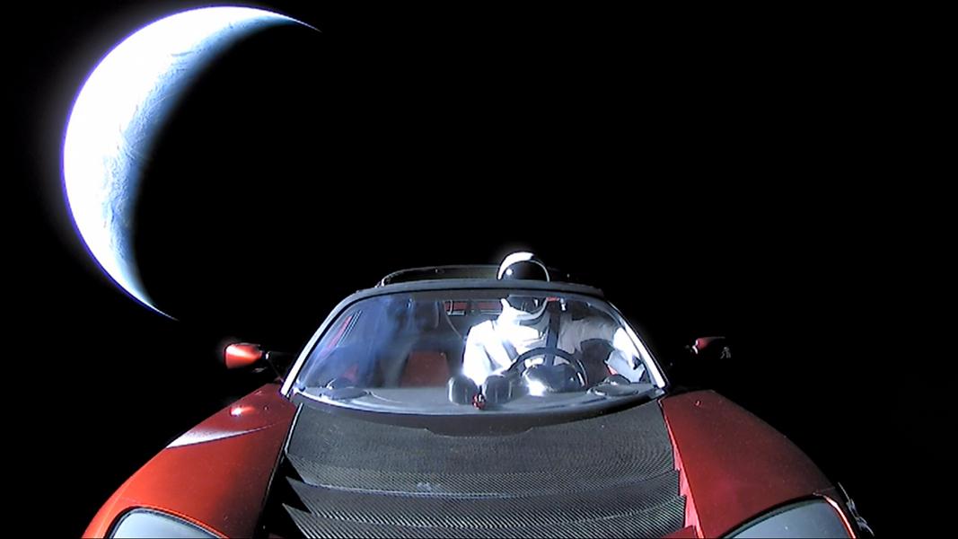 Sur la route de Mars - Le mannequin Starman est confortablement installé au volant d\'un roadster Tesla, lancé par la première fusée Falcon Heavy