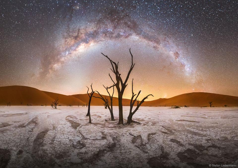 La Voie Lactée au-dessus de Deadvlei en Namibie