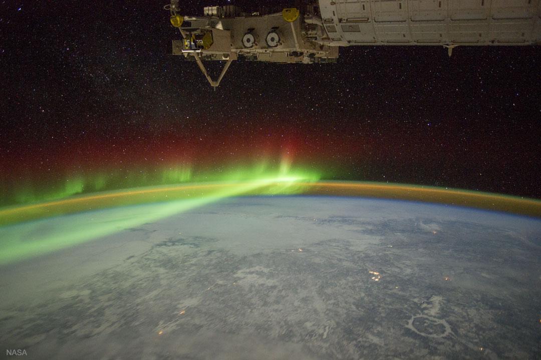 Une aurore et le cratère de Manicouagan depuis l\'ISS