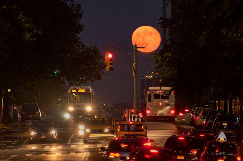 La Lune sur la 96ème Rue Est