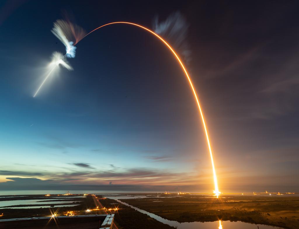 Premières lueurs de l\'aube, éclat rouge d\'une fusée - Lancement depuis Cap Canaveral d\'une fusée Falcon 9 de la société SpaceX, vu depuis le bâtiment d\'assemblage lors d\'une exposition de 277 secondes