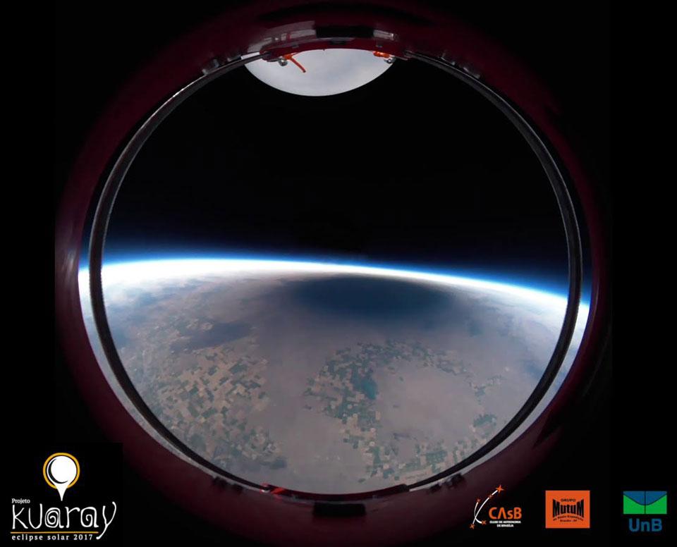 L\'ombre de l\'éclipse totale depuis un ballon