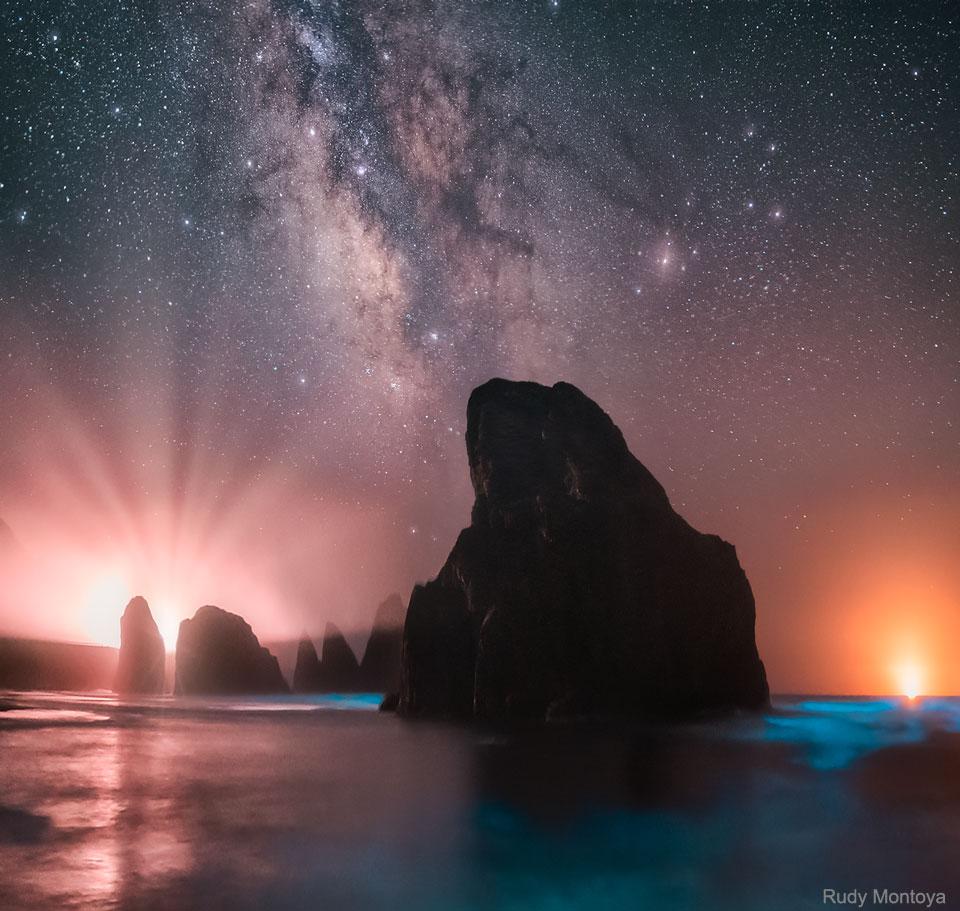 La mer et le ciel brillent sur la côte de l\'Oregon