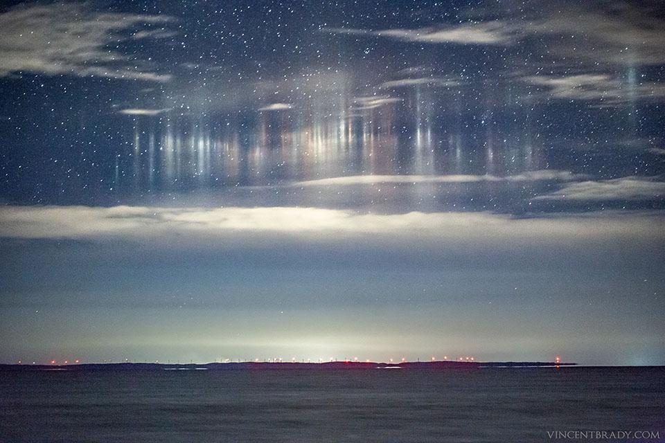 Piliers de lumière au-dessus de la baie de Whitefish