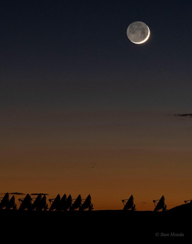 La vieille Lune dans les bras de la nouvelle