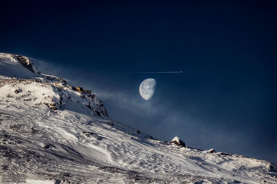 Lune gibbeuse et montagne suédoise - Lorsque plus de la moitié de la Lune est éclairée, elle est qualifiée de gibbeuse, comme elle apparaît ici au-dessus de la Suède