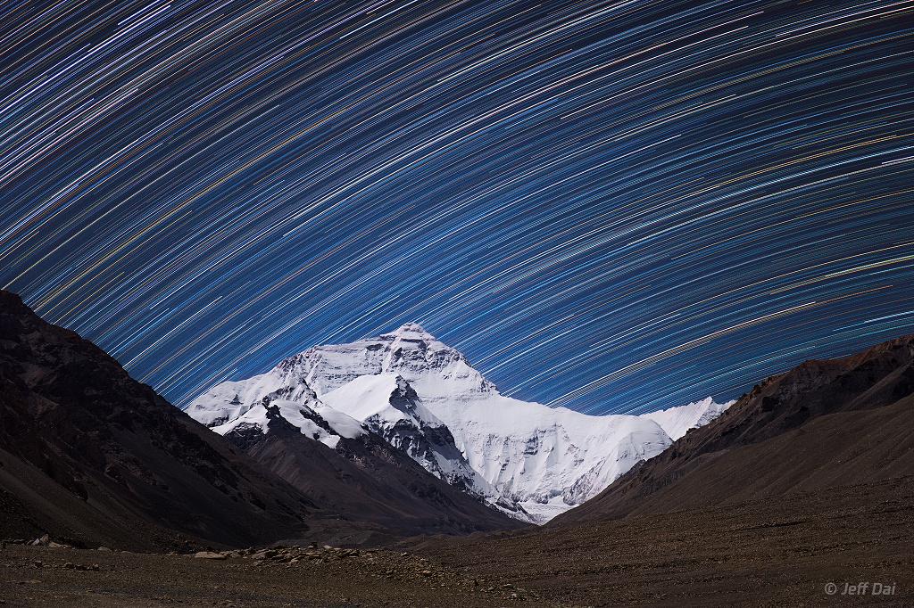 Filé d\'étoiles au-dessus de l\'Everest