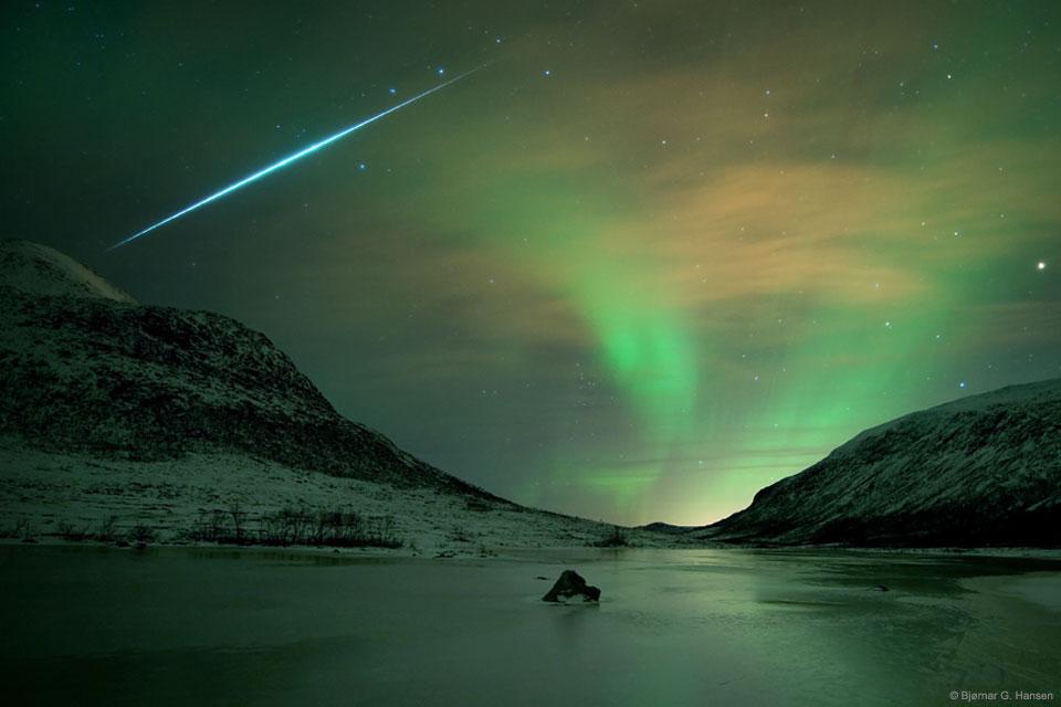 Lueur d\'une aurore et flash d\'une météorite