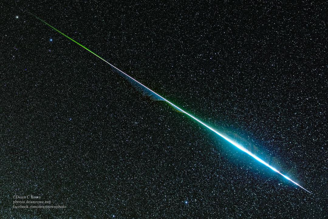 L\'arc-en-ciel d\'un météore des Géminides - Les météores peuvent être colorés mais l\'oeil humain ne peut en saisir les nuances qui dépendent de leur composition, il faut donc recourir à la photographie