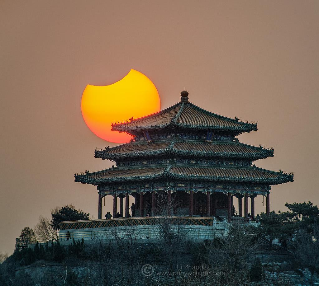 Eclipse partielle de Soleil au-dessus de Pékin