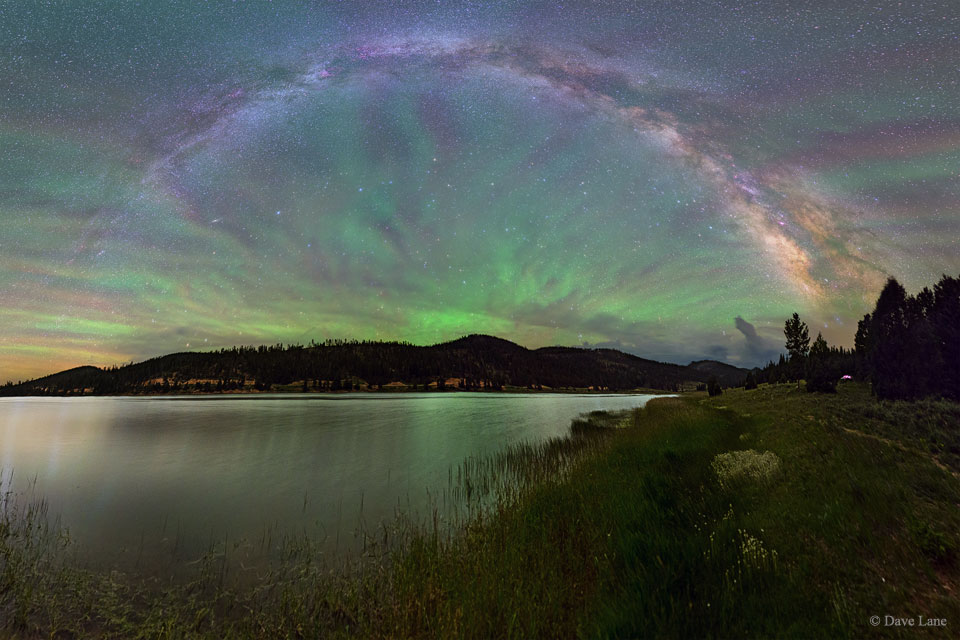 Eventail de luminescence du lac jusqu\'au ciel