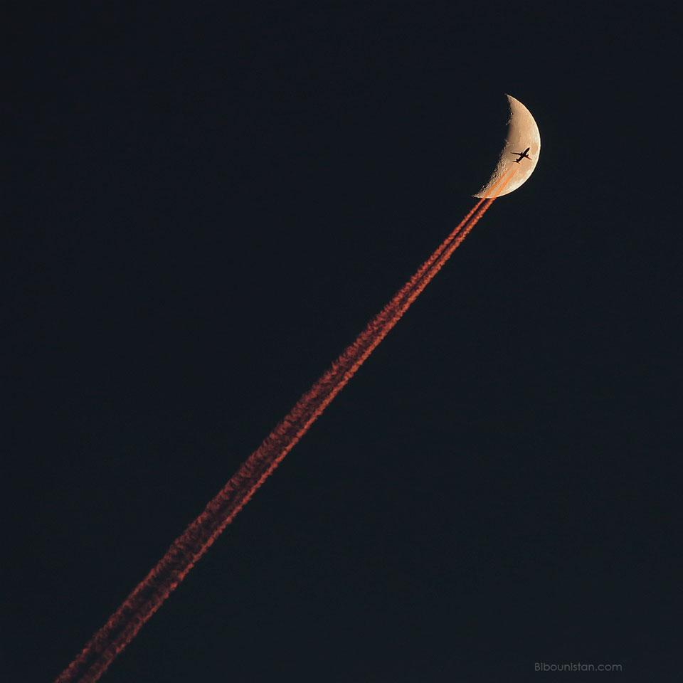 Avion traversant le croissant de Lune