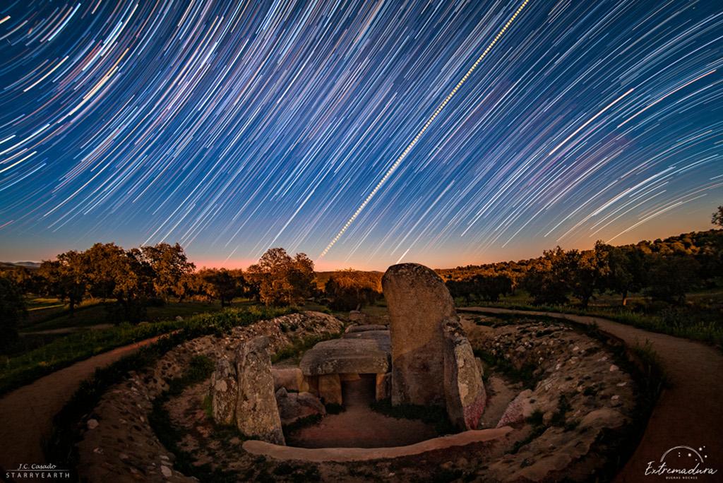Filé d\'étoiles et lever du soleil de l\'équinoxe
