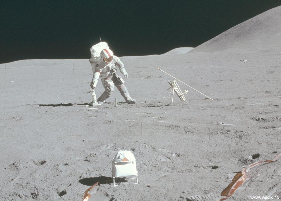 Un astronaute marque un but sur la Lune