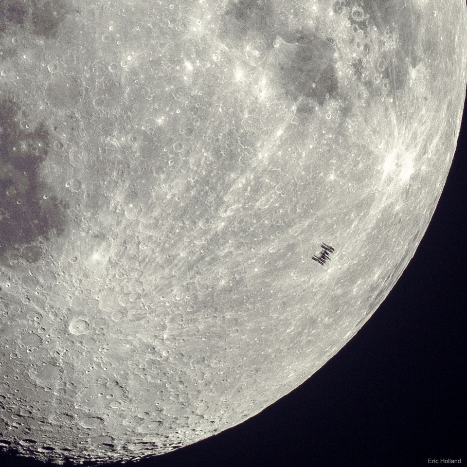 La silhouette de l'ISS devant la Lune