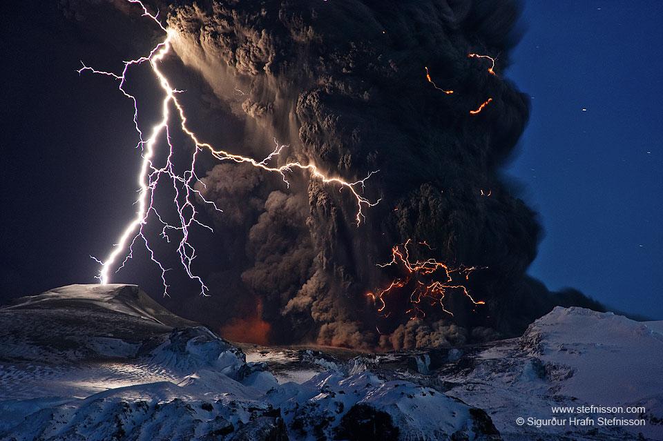 Cendres et éclairs au-dessus d\'un volcan en Islande