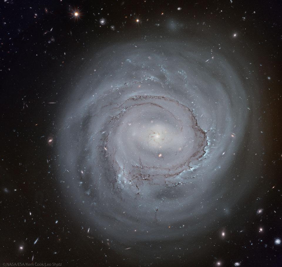 La spirale anémique de NGC 4921 vue par Hubble