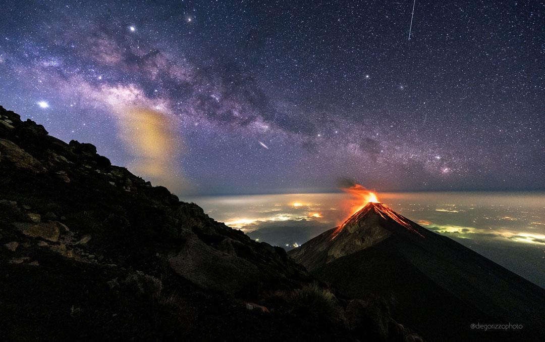 Le volcan de Fuego sous la Voie Lactée et les étoiles