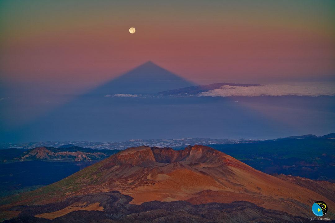 L\'ombre triangulaire d\'un volcan