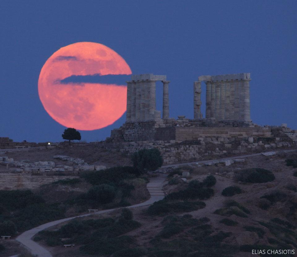 La lune des fraises au-dessus du Temple de Poséïdon