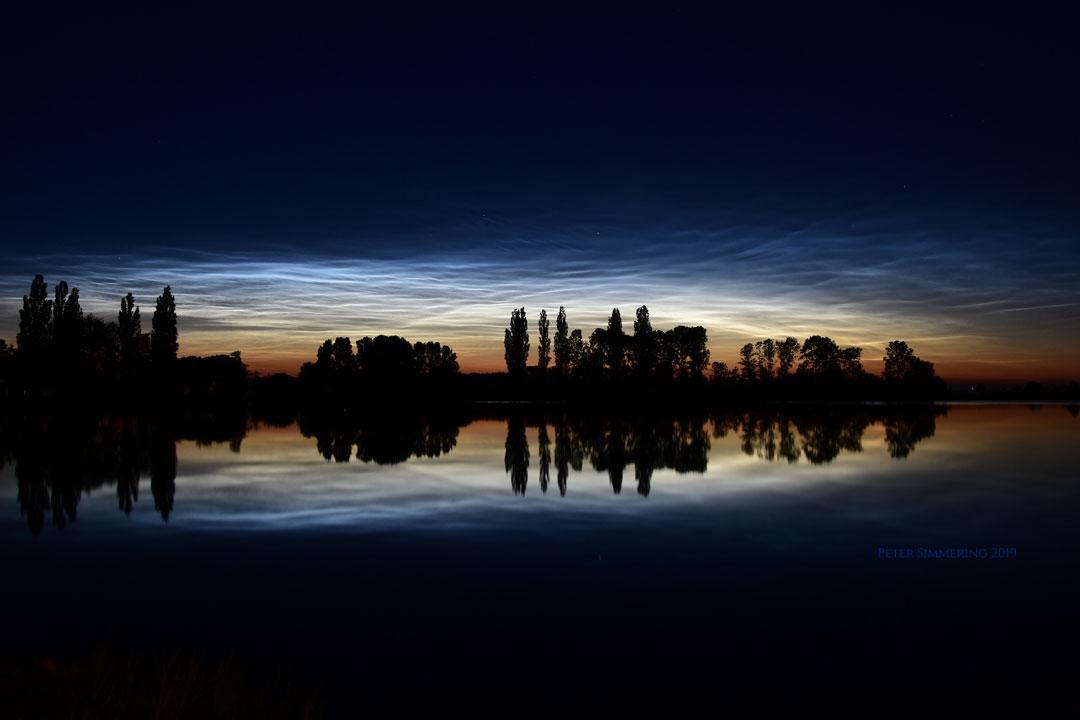 Nuages noctulescents, réflexions et silhouettes