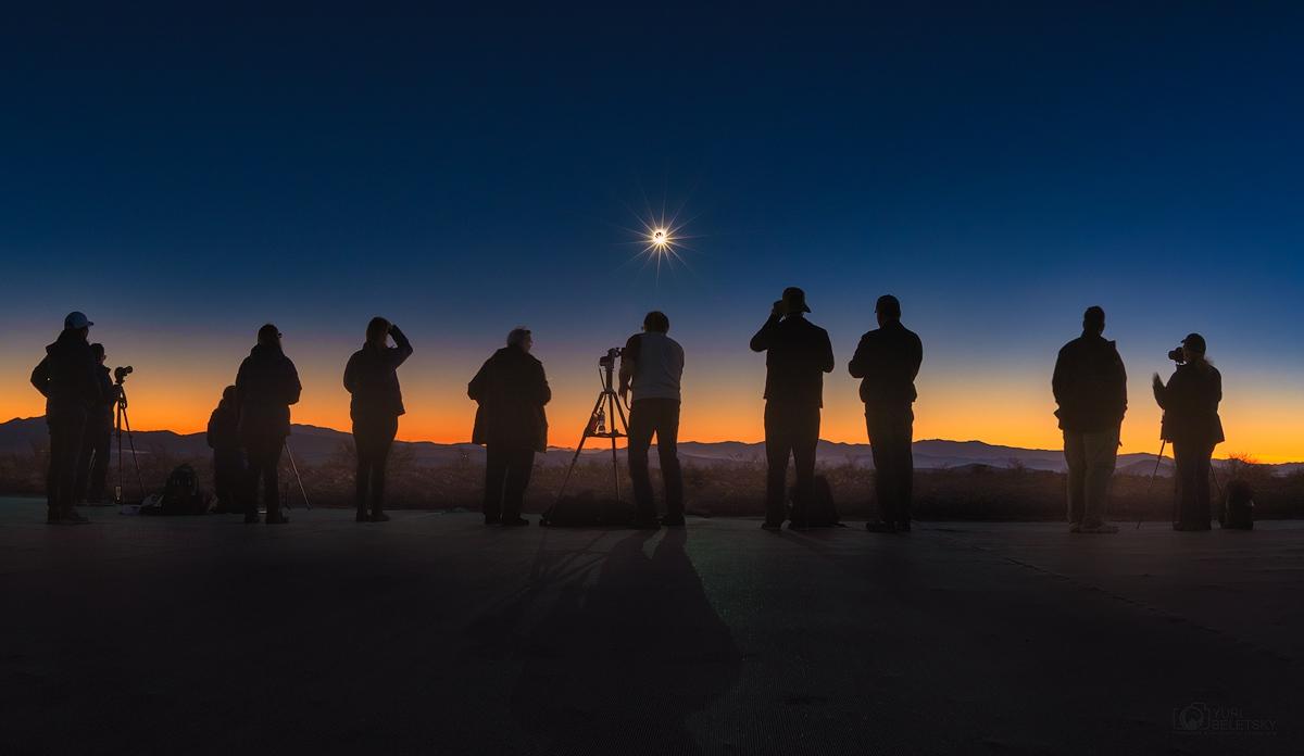 Dans l\'ombre de la Lune - L\'éclipse totale de soleil du 2 juillet 2019 est vue ici depuis la côte chilienne, au petit matin, observée par de nombreux amateurs