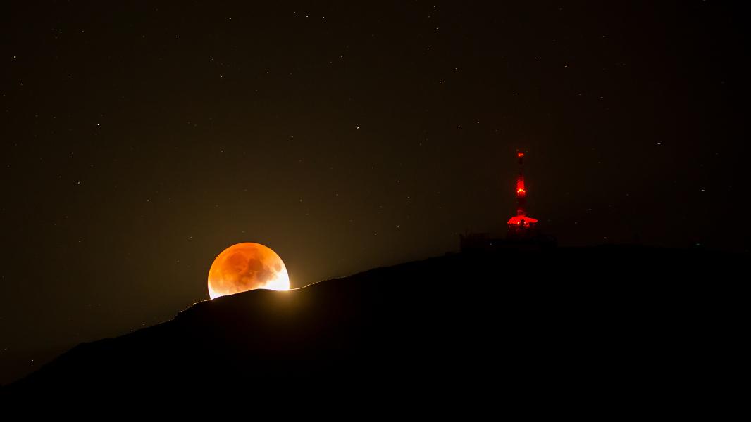 Lune ambrée et montagne