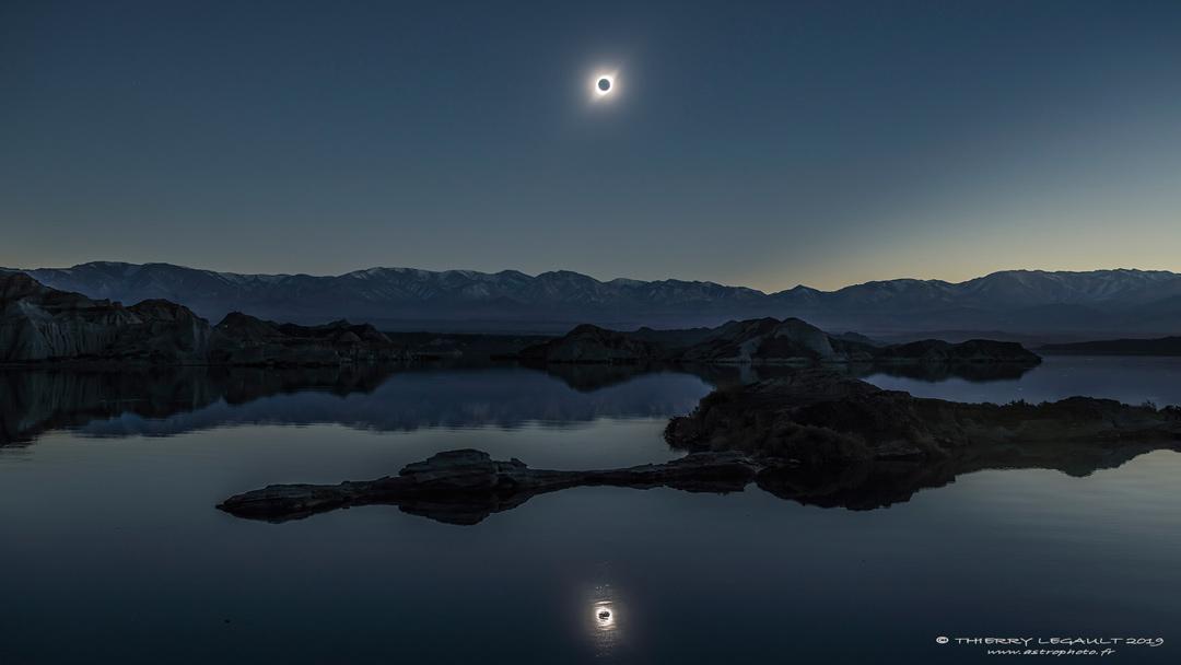 Le reflet d\'une éclipse totale de soleil