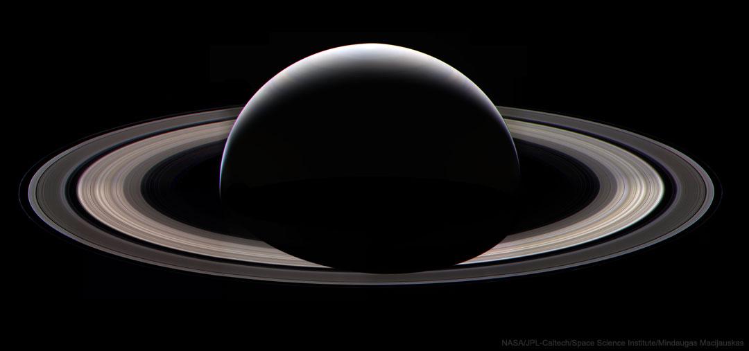La nuit sur Saturne - Cette magnifique vue des anneaux de Saturne et de la partie de son globe plongée dans la nuit est impossible à voir depuis la Terre.