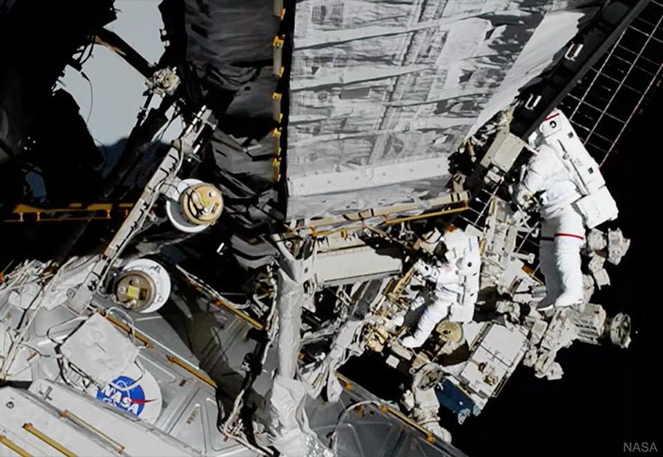 Deux femmes dans l\'espace