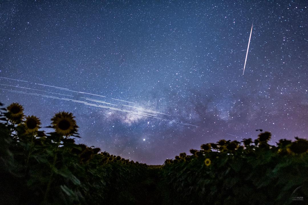 Traînées de satellites Starlink au-dessus du Brésil - A quoi correspondent ces traînées au-dessus de l\'horizon ? A une nouvelle fournée de satellites Starlink réfléchissant la lumière du Soleil.