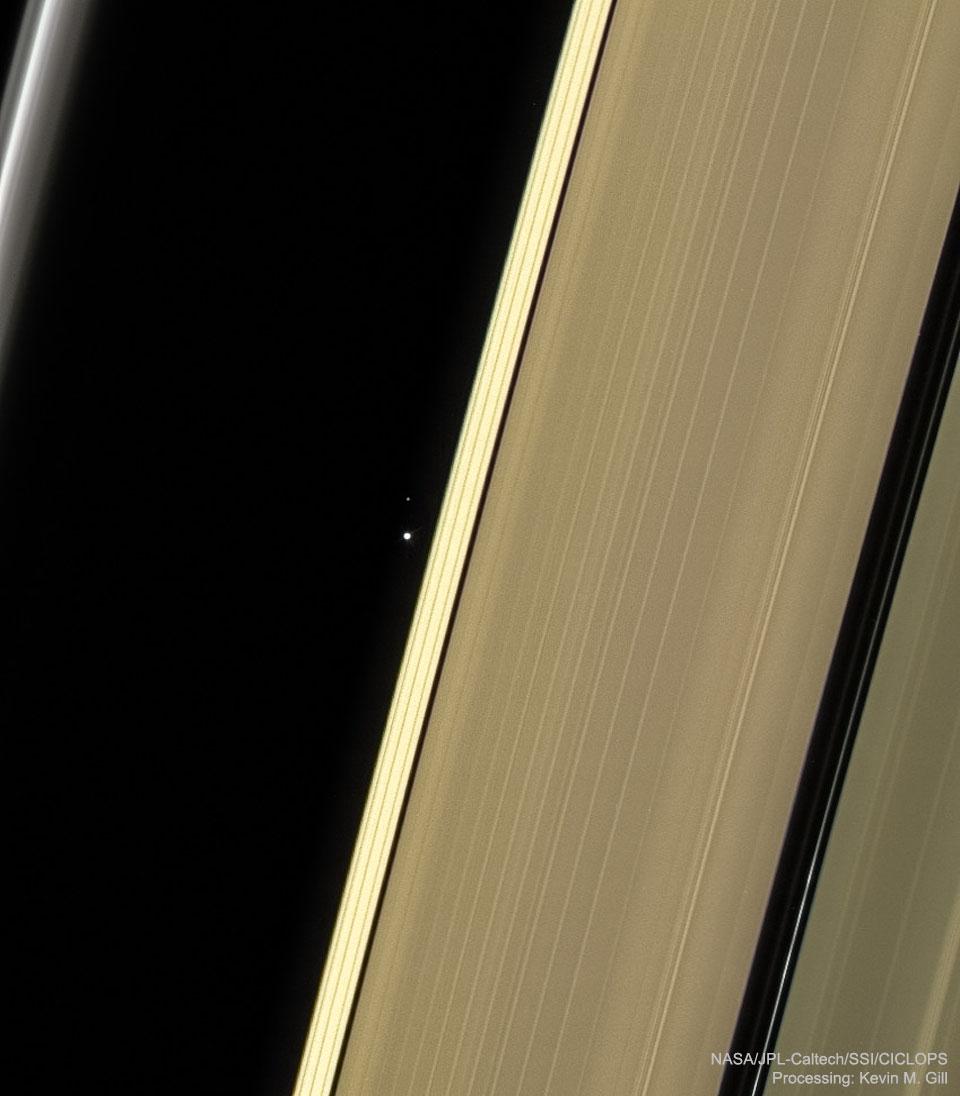 Etrange planète entre les anneaux de Saturne