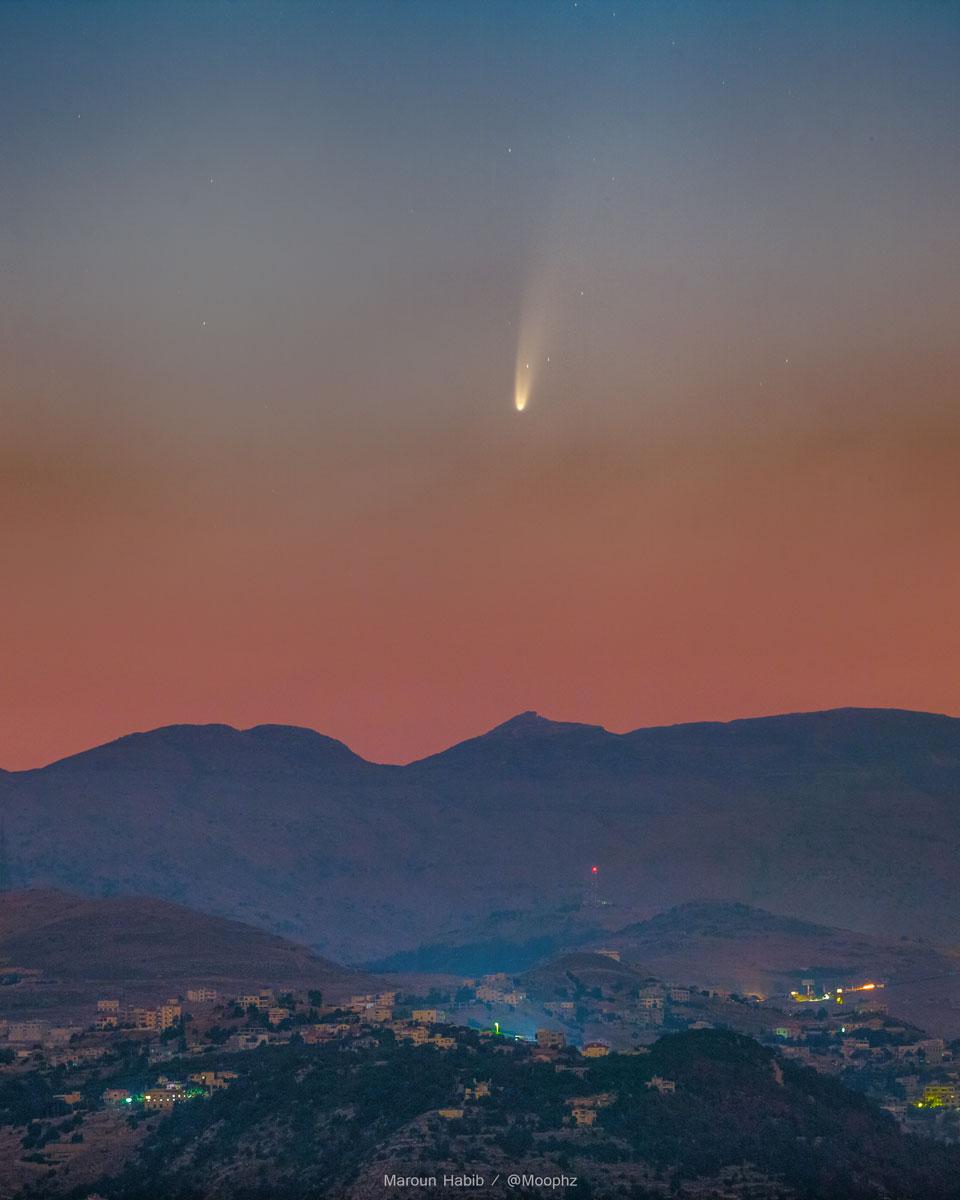 La comète NEOWISE visible à l\'oeil nu dans le ciel du petit matin