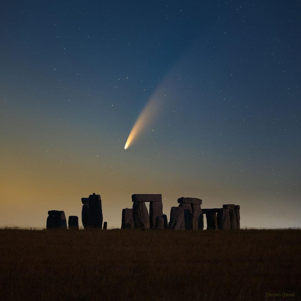 La comète NEOWISE sur Stonehenge