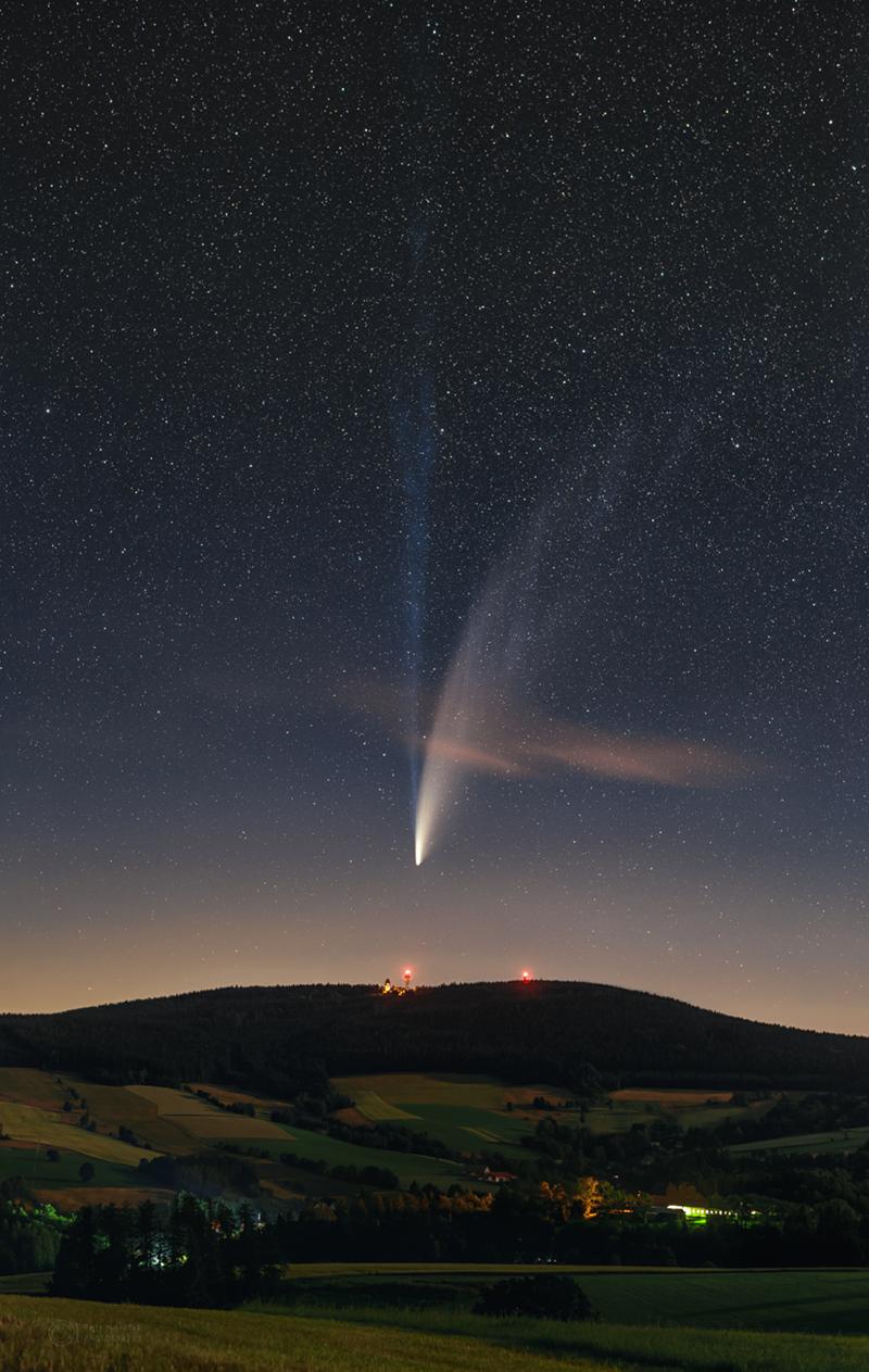 Les deux longues queues de la comète NEOWISE