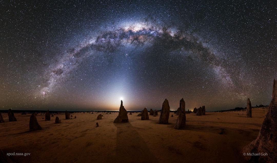 La Voie lactée sur le désert des Pinnacles - Quel est ce monde étrange ? La planète Terre. Les silhouettes se dressant au premier plan sont les pinnacles du Parc National de Nambung.