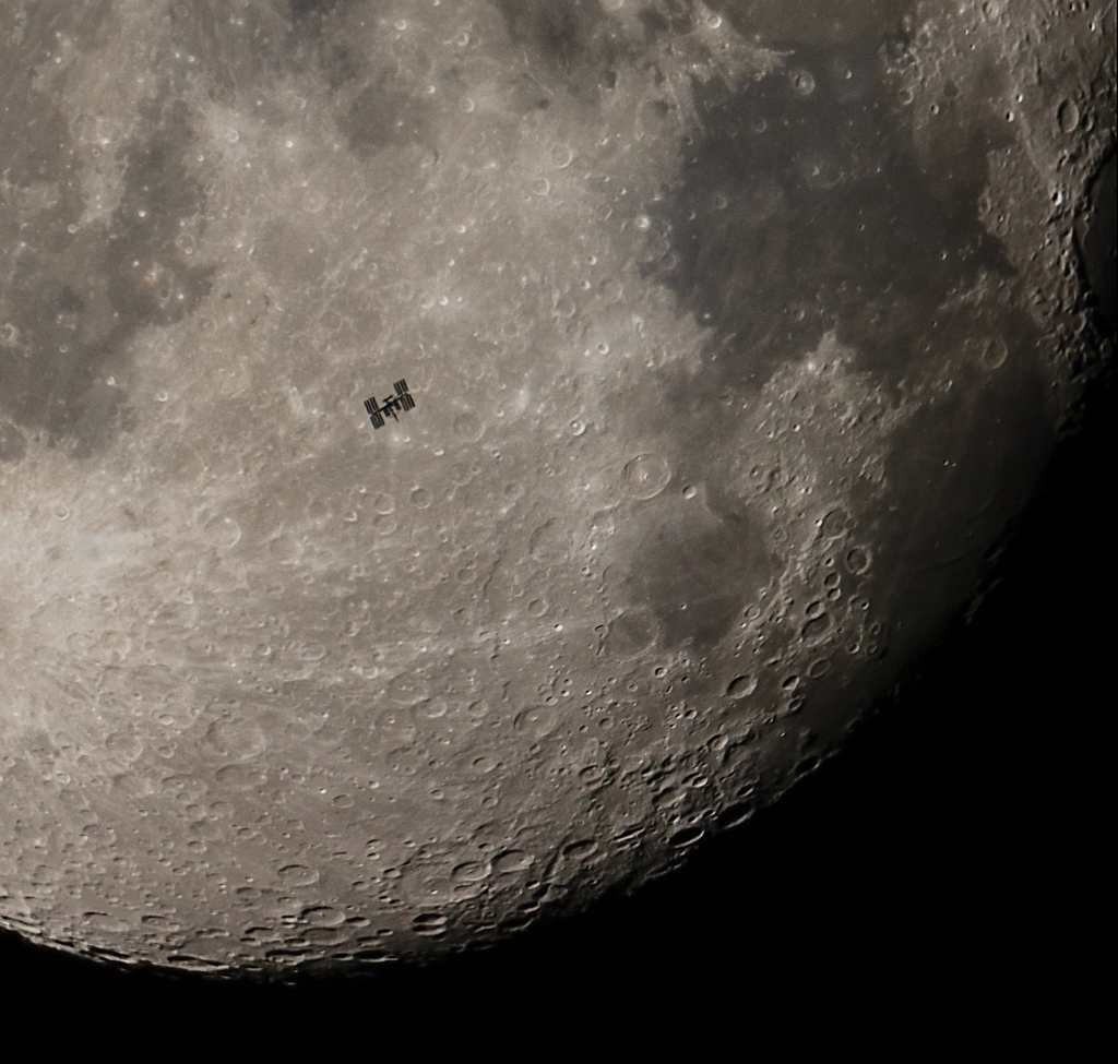 La Station spatiale internationale devant la Lune