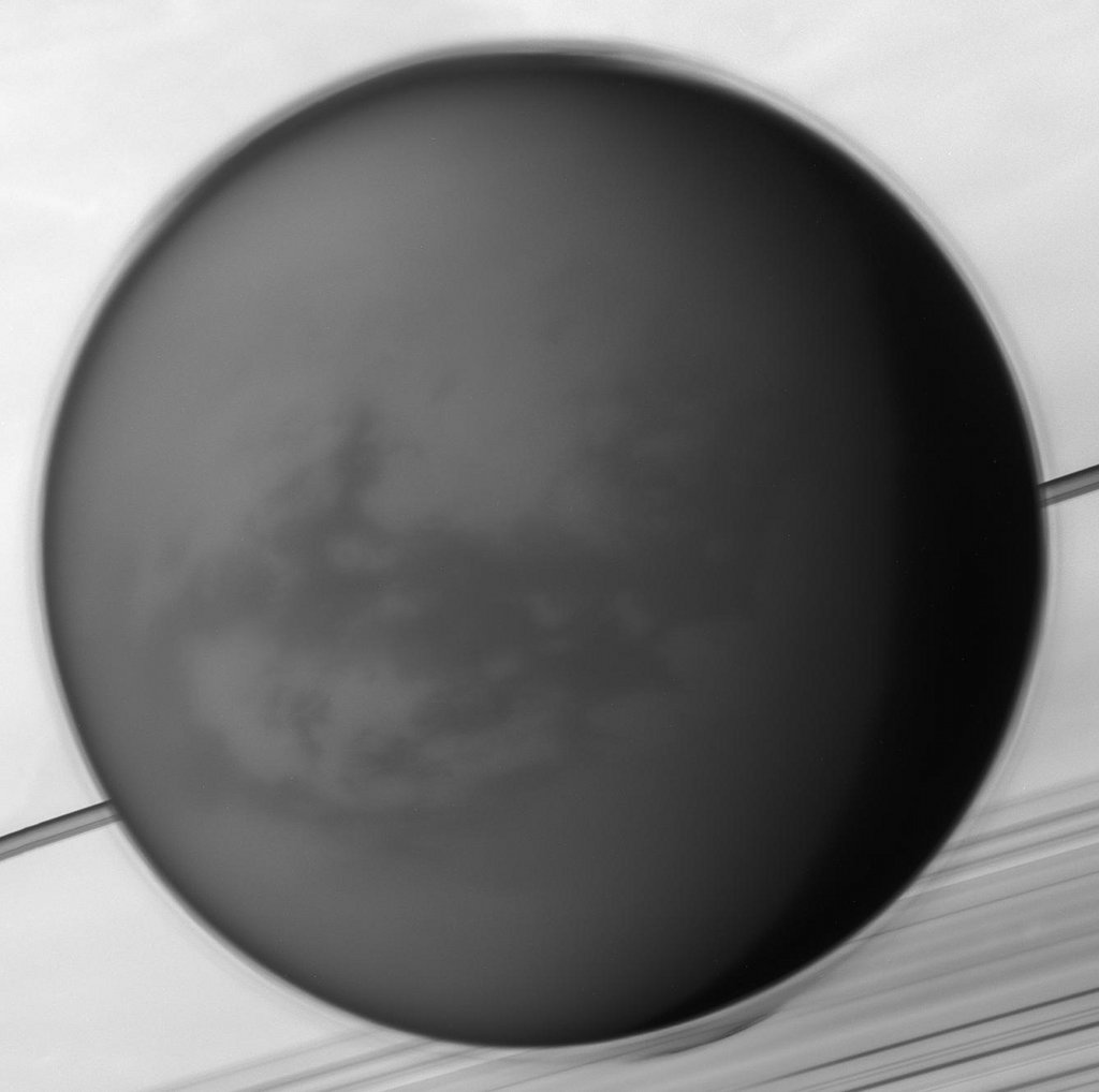 Titan, une lune au-dessus de Saturne