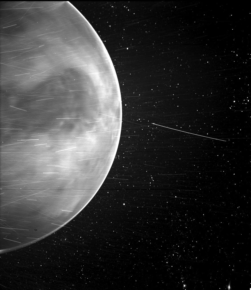 En survolant Vénus