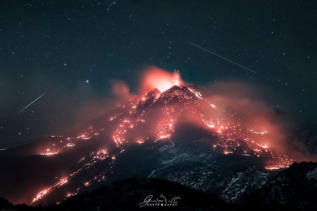Étoiles au-dessus d\'un volcan en éruption